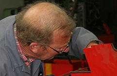 Ein Mitarbeiter der GTS Schweisstechnik aus Bielefeld repariert ein Schweißgerät